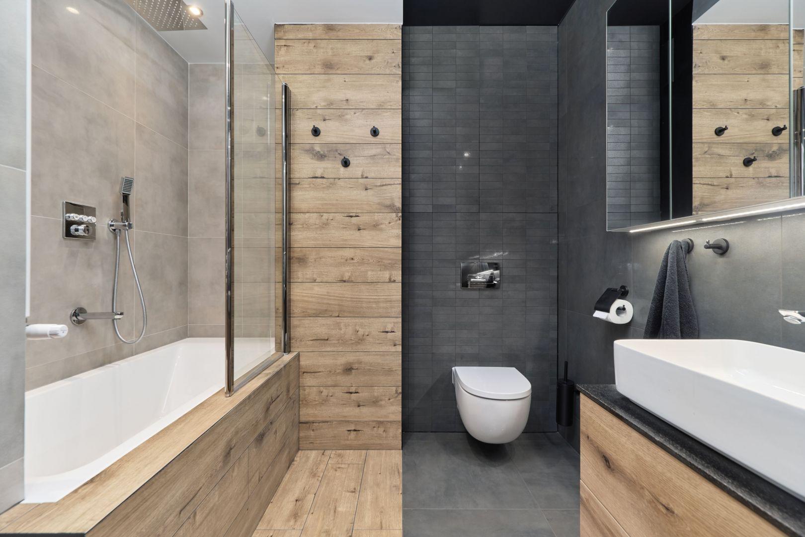 Łazienka o powierzchni siedmiu metrów kwadratowych została urządzono bardzo wygodnie. Projekt: Monika Staniec. Fot. Wojciech Dziadosz