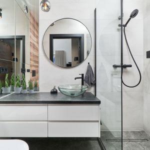 Jasna łazienka z prysznicem urządzona wygodnie i funkcjonalnie. Projekt: Monika Staniec. Fot. Wojciech Dziadosz