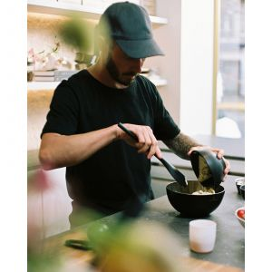 Ubij białka na sztywno i dodaj cukier, aby uzyskać francuską bezę. Fot. Zara Home