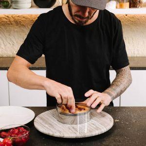 Gdy ciasto jest już dobrze wymieszane, dodaj bezę francuską w trzech porcjach i mieszaj do uzyskania jednolitej masy. Fot. Zara Home