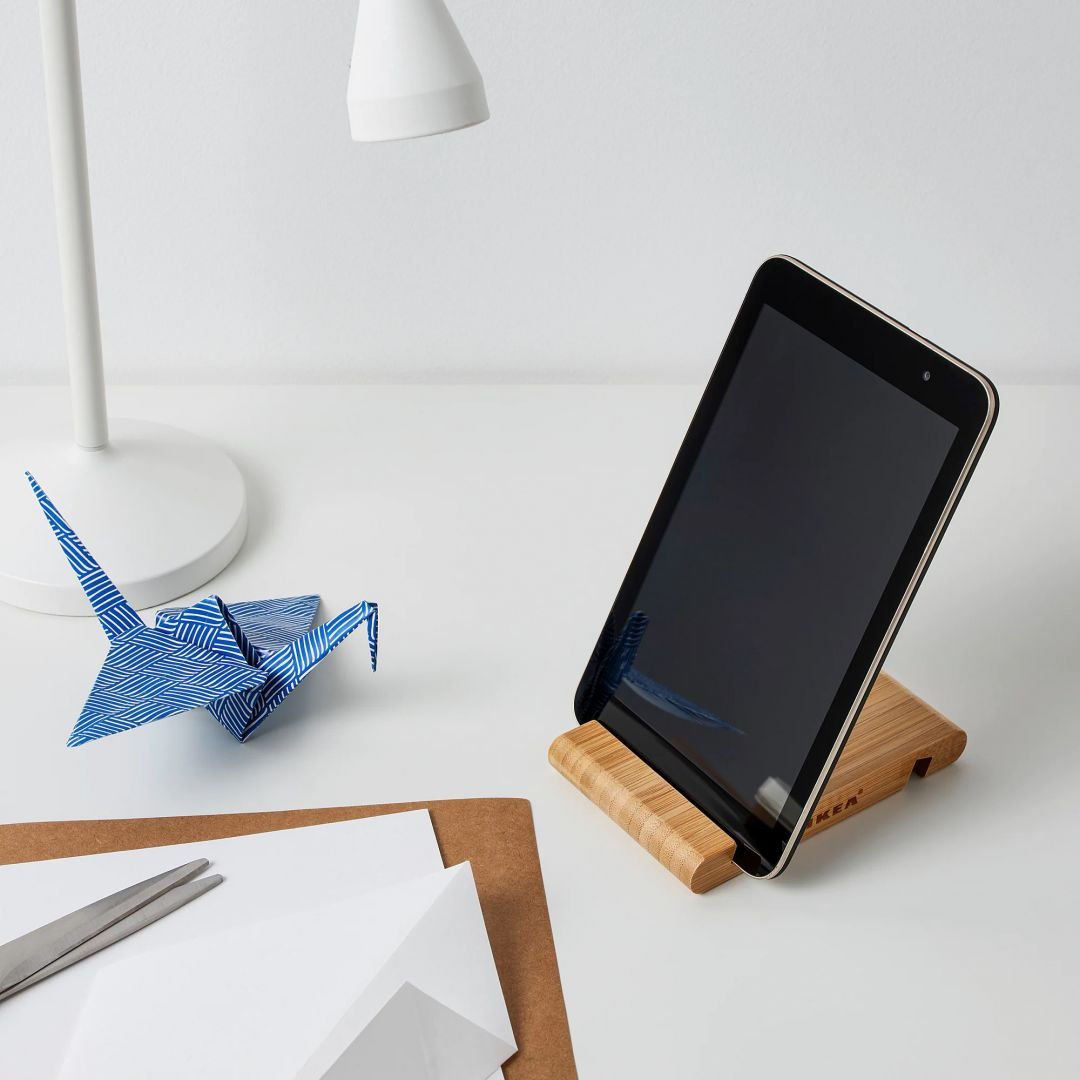 Bambusowy uchwyt na komórkę Bergenes. Pasuje do większości telefonów komórkowych i tabletów dzięki 2 szczelinom o różnej szerokości. Cena: 9,99 zł. IKEA