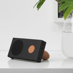 Przenośny głośnik bluetooth, czarny, 15x7.5 cm. Odtwarzaj muzykę do 15 godzin na całkowicie naładowanych bateriach, lub podłącz głośnik do portu USB, aby słuchać tak długo, jak chcesz. Cena: 99,99 zł. IKEA