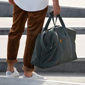 Torba weekendowa DRÖMSÄCK. Ta ponadczasowa torba weekendowa o rozmiarach walizki kabinowej mieści wszystko, czego możesz potrzebować podczas podróży - od paszportu i komputera po ubrania i buty. Cena: 199 zł. IKEA