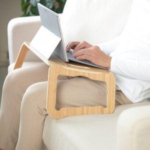 Podstawka pod laptopa Brada.  Kiedy skończysz pracować, możesz podstawkę wygodnie złożyć na płasko i powiesić na ścianie. Cena: 39,99 zł. IKEA