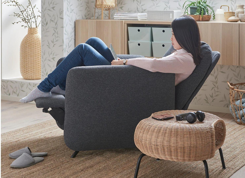 Fotel rozkładany Ekolsund można ustawić w 3 pozycjach - prosto, odchylony do tyłu i całkowicie rozłożony - dzięki czemu można go łatwo dopasować do różnych czynności w domu. Cena: 1199 zł. IKEA