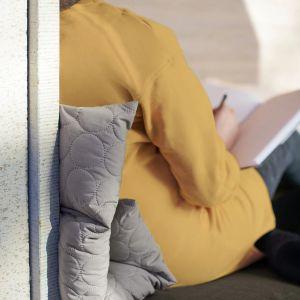 Multi-poduszka OMTÄNKSAM. Z łatwością dopasujesz poduszkę w zależności od potrzeb i kształtu ciała, wystarczy zrolować ją w inny sposób. Cena: 69,99 zł. IKEA