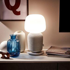 Lampa stołowa z głośnikiem Symfonisk. Głośnik i lampa w jednym, dzięki czemu technologia wtapia się do wnętrza Twojego domu. Cena: 799 zł. IKEA