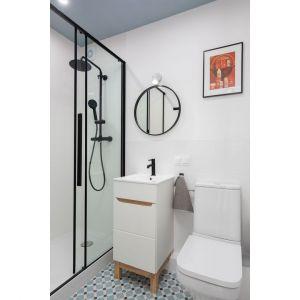 Mała łazienka z prysznicem w loftowym klimacie. Projekt wnętrza, stylizacja: Ola Dąbrówka, pracownia Good Vibes Interiors. Zdjęcia: Mikołaj Dąbrowski