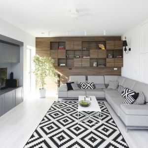 Modny czarno-biały dywan w salonie. Projekt Ewelina Pik, Maria Biegańska, pracownia Modullar. Fot. Bartosz Jarosz