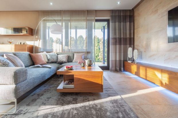 Jak wybrać idealny dywan? 10 świetnych zdjęć salonu z dywanem