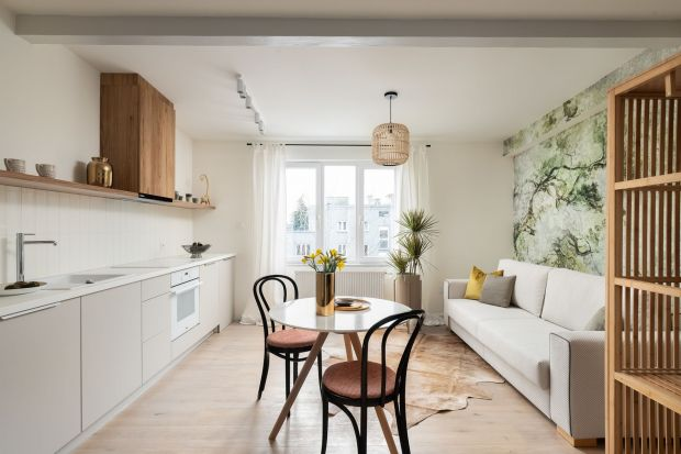 36-metrowe mieszkanie powstało po podzieleniu na cztery części 133-metrowego poddasza. Dwupokojowa przestrzeń dla pary jest jasna, klimatyczna i pełna światła!