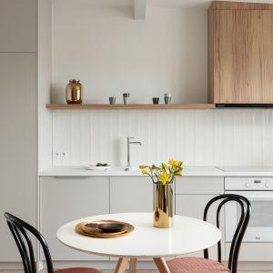 Kuchnia w kolorze beżowym i z rysunkiem jasnego drewna. Projekt: Ola Dąbrówka, GOOD VIBES Interiors. Fot. Mikołaj Dąbrowski