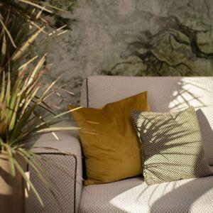 Proste jasne meble w salonie idealnie pasują do naturalnej stylistyki. Projekt: Ola Dąbrówka, GOOD VIBES Interiors. Fot. Mikołaj Dąbrowski
