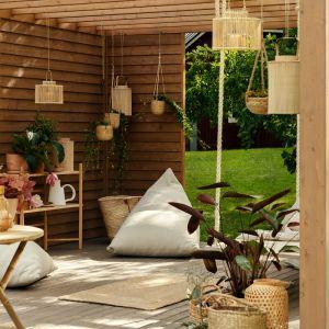 Drewniane krzesło lub fotel oraz choćby niewielki stolik są absolutnym must-have każdego tarasu. Fot. Tikkurila