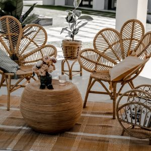 Fotel Monnarita Monna Kwiat przede wszystkim zachwyca kunsztownie wyplecionym siedziskiem, który na myśl przywodzi tropikalny kwiat. Fot. Monnarita
