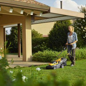 Kosiarka Collector 136 ze względu na zasilanie akumulatorowe, pozwoli dotrzeć w każdy zakamarek ogrodu, bez ciągnących się kabli czy hałasu i spalin.