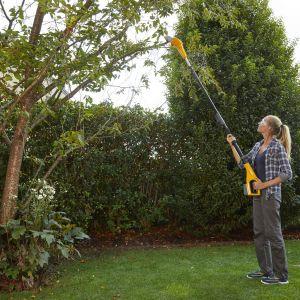Z wysokimi drzewami doskonale poradzą sobie narzędzia ogrodnicze na wysięgniku, jak zestaw składający się z podkrzesywarki i sekatora SMT 500 AE. P
