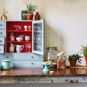 Chcąc wytworzyć atmosferę przytulności nawiązującej do pamiętanej z dzieciństwa kuchni babci, gdzie pod ręką były świeże warzywa z ogródka i ciasteczka w słoiku, ukryte w stylowym kredensie, warto sięgnąć po delikatny, ciepły w odcieniu kolor ścian Oat Cake. Fot. Beckers Designer Kitchen & Bathroom