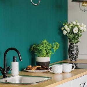 Dla miłośników prostych, nowoczesnych rozwiązań, doskonałym pomysłem może być odcień Vibrant, który zapewni ożywczy powiew nad białymi szafkami i jasnym drewnianym blatem, nadając kuchni oryginalności i elegancji. Fot. Beckers Designer Kitchen & Bathroom