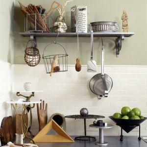 Sentymentaliści z artystycznym zacięciem mogą postawić na połączenie na ścianie białej glazury typu cegiełki z farbą w oryginalnym odcieniu i o słodkiej nazwie Caramel Cookie. Fot. Beckers Designer Kitchen & Bathroom