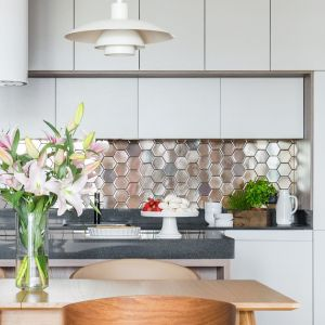 Połyskująca mozaika na ścianie w kuchni. Projekt Dominika Wojciechowska. Fot. Pion Poziom