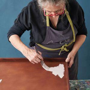 Annie Sloan pomysł na dekorację tacy z farbami Chalk Paint. Krok 1