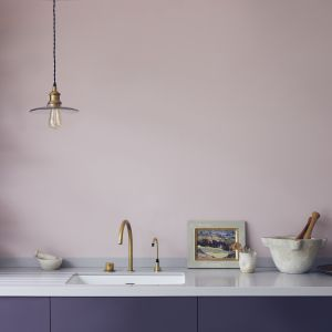 Ściana nad blatem pomalowana farbą Wall Paint Annie Sloan w kolorze Antoinette. Fot. Annie Sloan
