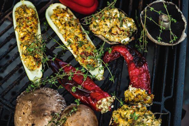 Letnie grillowanie to nie tylko mięso. Zdradzamy przepis na idealne grillowane cukinie, papryki i pieczarki z kaszą jaglaną.