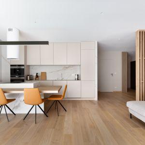 Sercem apartamentu jest otwarta na salon kuchnia. Projekt: Tomasz Kaim, Agnieszka Drużkowskam, kaim.work. Fot.  Patryk Polewany