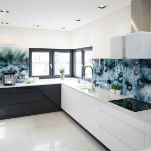 Oczywiście zapewnienie właściwej cyrkulacji powietrza w małych, zamkniętych pomieszczeniach jest trudniejsze niż w przypadku kuchni otwartych o większym metrażu. Projekt Renata Modrzyńska-Kasiak. Fot. Bartosz Jarosz