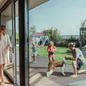 Drzwi tarasowe Slide są niezwykle wygodne w codziennym użytkowaniu – jest to intuicyjny i łatwy w obsłudze system przesuwny, więc oszczędzamy przestrzeń. Fot. Oknoplast