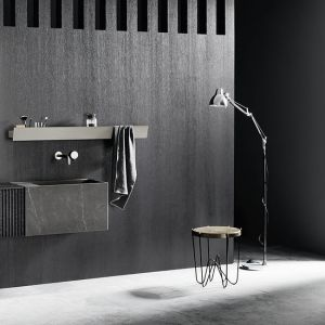 Nowoczesny, czarno-biały salon kąpielowy. Fot. mat. prasowe Laminam