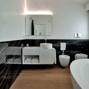 Łazienka w stylu black&white. Fot. mat. prasowe Laminam