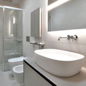 Mała biała łazienka urządzona przy użyciu spieków kwarcowych. Fot. mat. prasowe Laminam