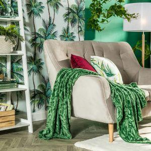 W salonie idealnie sprawdzą się dodatki i akcesoria z motywami roślinnymi. Wyglądają pięknie. Fot. Salony Agata