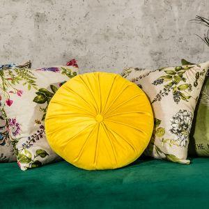 Wybierz kilka wzorów i kolorów poduszek – im więcej barw i kształtów, tym wnętrze stanie się bardziej wyraziste. Fot. Salony Agata