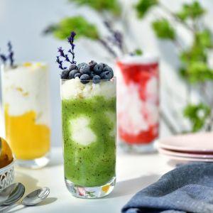 Wysokie szklanki z serii Glamour stworzą efektowne kompozycje musów, kremów i świeżych owoców. Fot. Krosno Glass