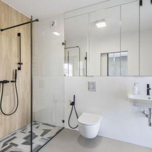 Nowoczesne, minimalistyczne oświetlenie łazienki. Projekt Decoroom. Fot. Marta Behling, Pion Poziom – fotografia wnętrz