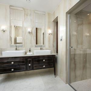 Klasyczne oświetlenie w stylowej łazience. Projekt Tomasz Czajkowski x Dekorian Home. Fot. Monika Woroniecka