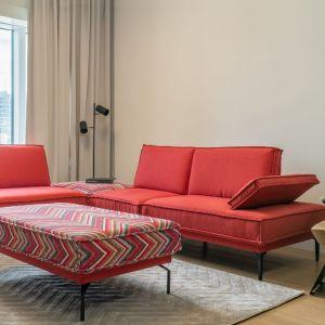 Sofa i fotel do salonu w czerwonym kolorze z kolekcji Milan. Fot. Gala Collezione