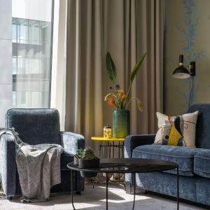 Szara sofa i fotel do salonu z kolekcji Jana. Fot. Gala Collezione