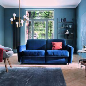 Niebieska sofa do salonu z kolekcji Olbia. Fot. Gala Collezione
