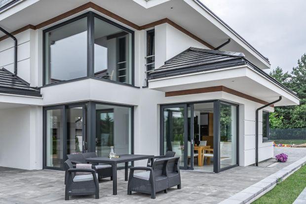 Odpowiednio wyposażone okna oraz drzwi tarasowe i wejściowe mogą uchronić przed włamaniem, a także zwiększają bezpieczeństwo w codziennym użytkowaniu. Podpowiadamy, jakie rozwiązania warto uwzględnić przy zakupie stolarki.