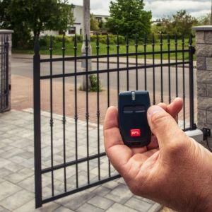 Za pomocą automatów do bram, możemy otwierać i zamykać wjazd na posesję czy do garażu szybko i komfortowo. Fot. BFT