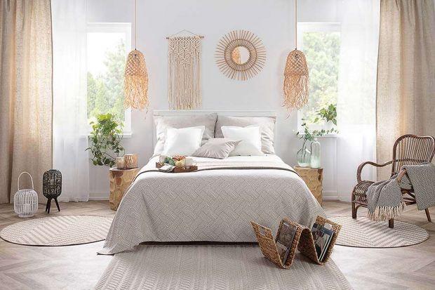 Początek lata to dobry moment na to, aby zmienić wystrój swojej sypialni. Ciemne kolory warto wówczas zmienić na jasne, a ciężkie tkaniny na te lekkie i zwiewne. W letniej odsłonie wnętrz domu najlepiej sprawdzi się więc niezwykle modny styl bo