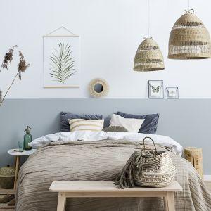 Świetnym pomysłem na aranżację sypialni w letnich klimatach będzie połączenie bieli i delikatnego, chłodnego odcienia Promenade z palety Beckers Designer Collection.