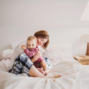 Sposobem na zbudowanie sielankowej atmosfery w sypialni, tworzącej harmonię i pozwalające głębiej oddychać nawet w upalne dni, będzie połączenie naturalnego drewna z delikatnym kolorem ścian Cotton Candy z kolekcji Beckers Designer Colour.