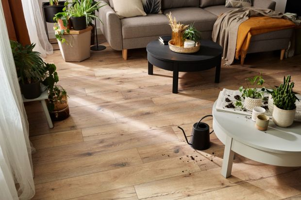 Podłoga jest najczęściej używanym elementem naszego wnętrza. Widzimy na niej odbicia naszych stóp, krople wylanego przez maluchów napoju i pozostawiane wszędzie mokre ślady łap naszego psa. W nowej kolekcji podłóg Querra WR marki VOX dzięki u