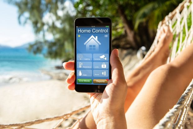 Inteligentny zamek do drzwi, kamera, czujnik dymu lub zalania, a może zwykła pomoc sąsiedzka? Co się sprawdzi jeśli chcesz zabezpieczyć dom przed wyjazdem na urlop? Przeczytaj!