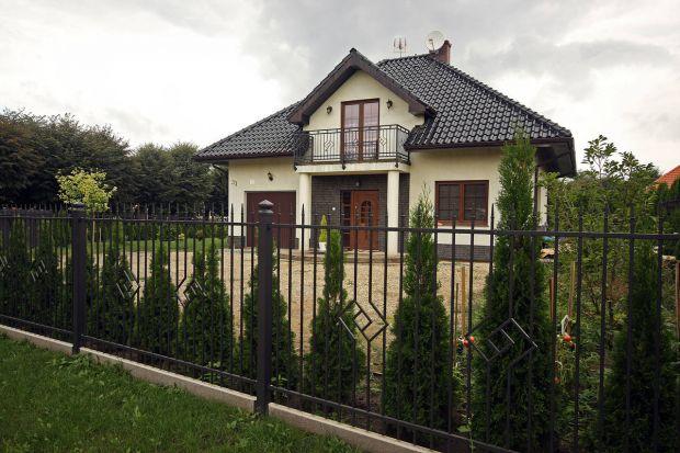 Jakie ogrodzenie domu wybrać?W pionie czy w poziomie? Nowoczesne czy bardziej klasyczne? Podpowiadamy i radzimy. Sprawdź, co warto wiedzieć wybierając ogrodzenie domu.<br /><br />